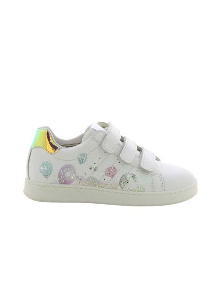 Białe sneakersy Kipling