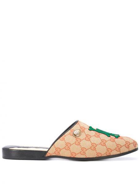 Satynowe kapcie z haftem pikowane Gucci
