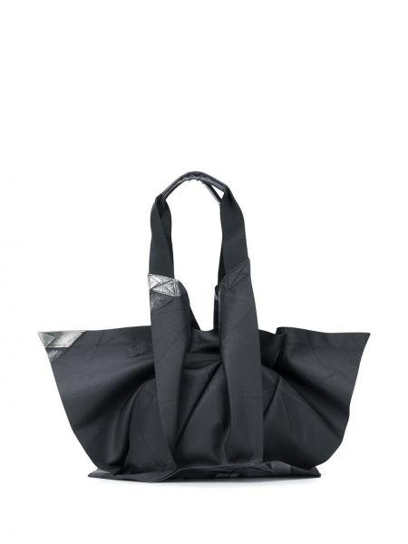 Плиссированная черная сумка-тоут на шнурках с декоративной отделкой 132 5. Issey Miyake