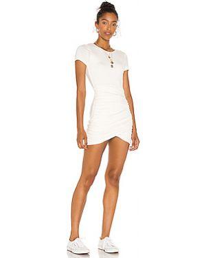 Белое шелковое плиссированное платье с вырезом Lovers + Friends