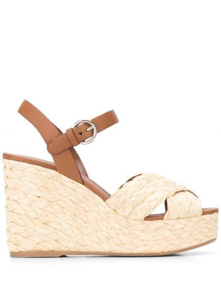 Sandały na koturnie piasek z klamrami Prada