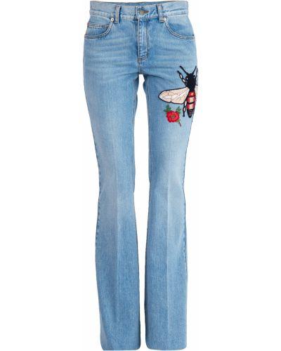 Расклешенные джинсы с эффектом потертости с нашивками Gucci