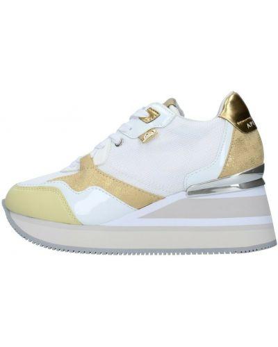 Białe sneakersy na koturnie Apepazza