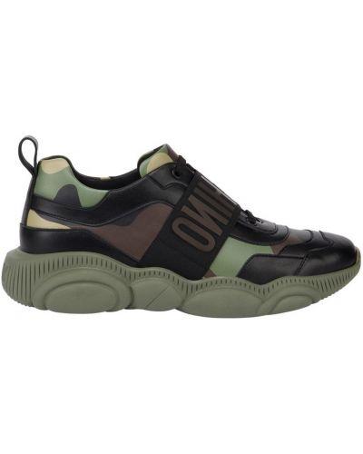 Zielone sneakersy skorzane z printem Moschino