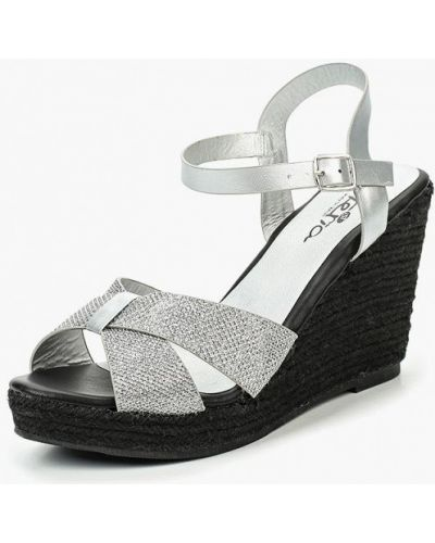 Босоножки на каблуке серебряного цвета Isteria
