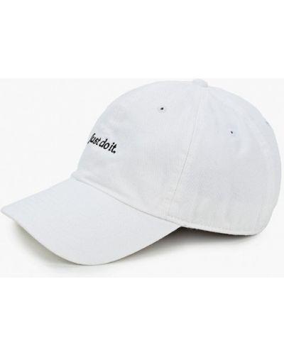 Белая бейсболка Nike