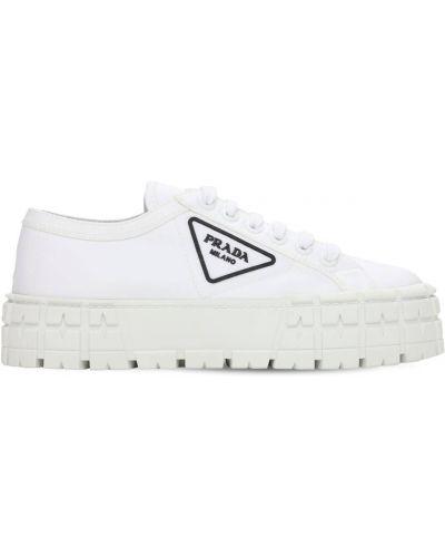 Białe sneakersy skorzane sznurowane Prada
