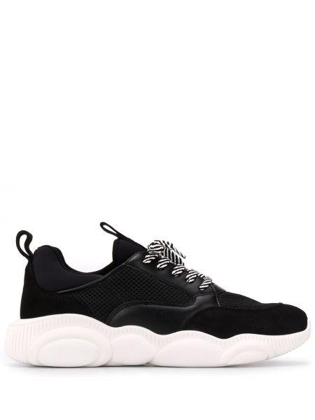 Ażurowy skórzany czarny sneakersy z łatami Moschino
