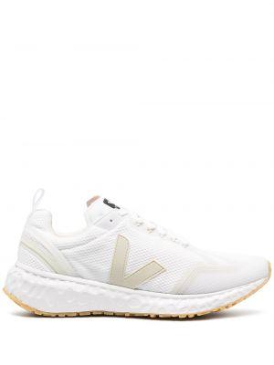 Белые кроссовки сетчатые на шнуровке с нашивками Veja