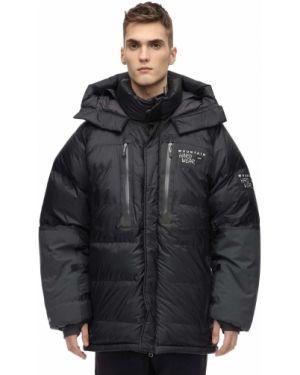 Czarna kurtka z kapturem z haftem Mountain Hardwear