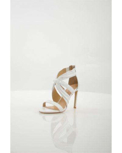 Босоножки белые на каблуке Vitacci