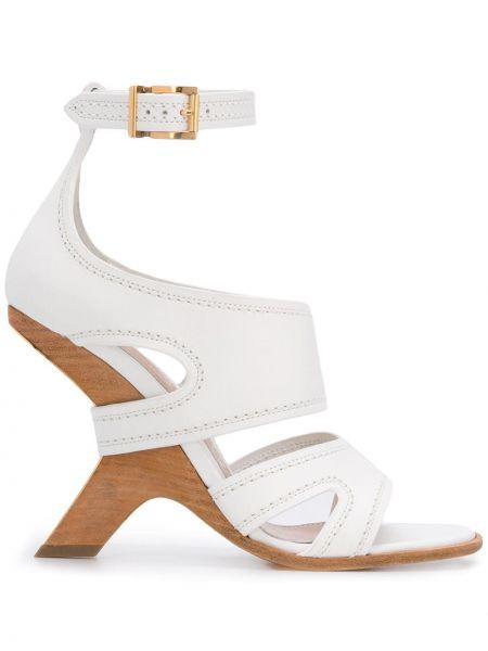 Sandały na koturnie skórzany biały Alexander Mcqueen