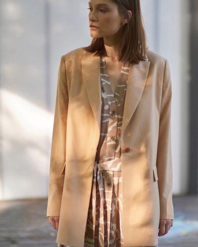 Бежевый прямой удлиненный пиджак из вискозы Vassa&co