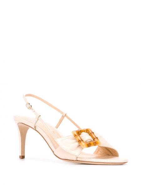Кожаные открытые босоножки на каблуке с пряжкой Chloe Gosselin