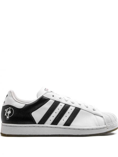 Белые кожаные спортивные кроссовки с перфорацией Adidas