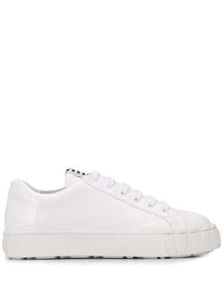 Biały sneakersy z logo mieszkanie z prawdziwej skóry Miu Miu