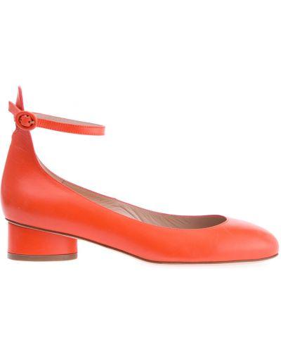 Кожаные туфли на каблуке с пряжкой Stuart Weitzman