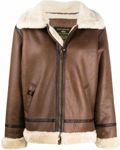 С рукавами коричневая куртка с нашивками Alpha Industries