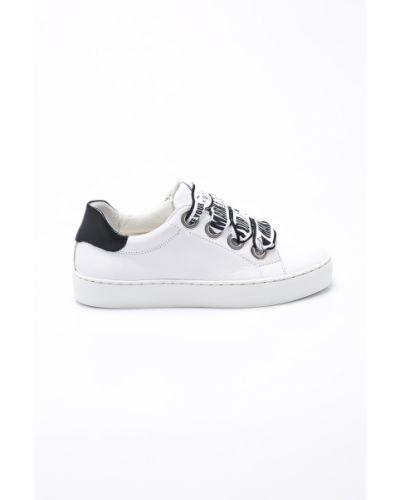 Белые кроссовки на платформе Bullboxer