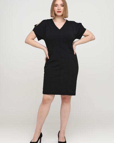 Прямое черное платье с вырезом Apart