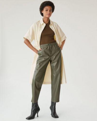 Прямые кожаные брюки с карманами хаки Mango
