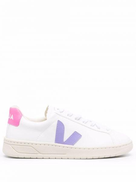 Кроссовки на шнуровке - белые Veja
