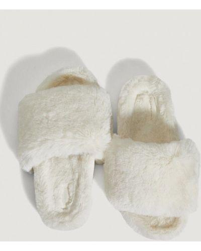 Белые зимние тапочки Oysho
