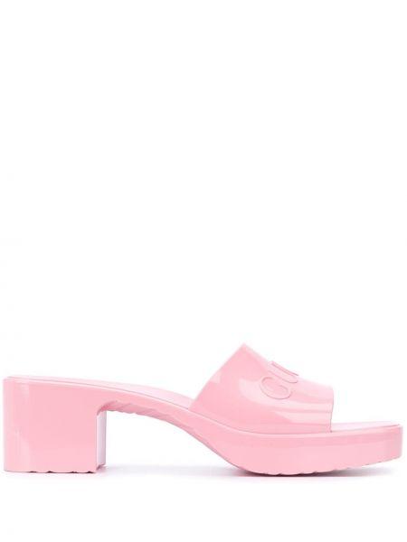 Różowe klapki peep toe z printem Gucci