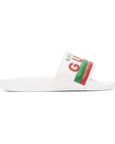 Skórzany biały klapki na basen wytłoczony Gucci