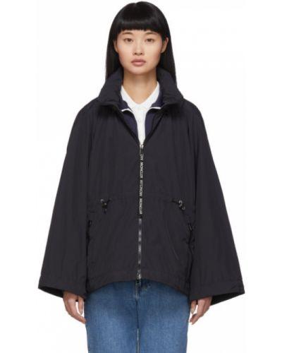 С рукавами черная длинная куртка с капюшоном Moncler
