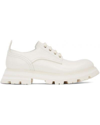 Белые лоферы на каблуке на шнурках Alexander Mcqueen