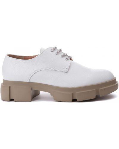 Кожаные белые туфли закрытые Pollini