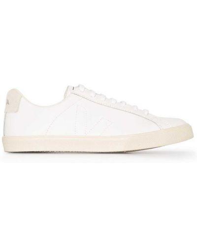 Кожаные белые кеды на шнуровке Veja