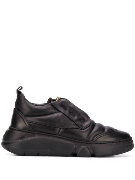 Мягкие черные кожаные кроссовки на каблуке круглые Agl
