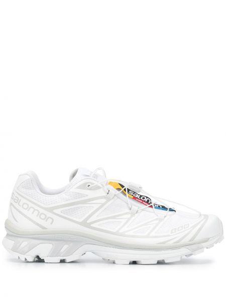 Белые кроссовки на каблуке с нашивками на шнурках Salomon S/lab
