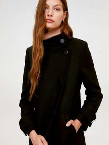 Черное пальто с капюшоном Mango