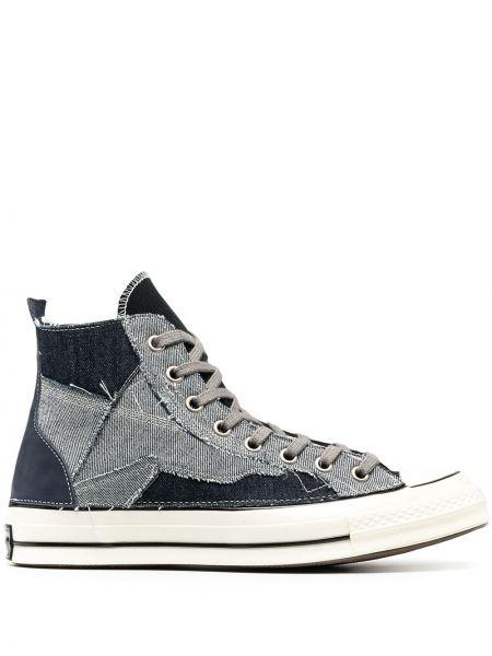 Синие кеды на шнуровке с нашивками Converse