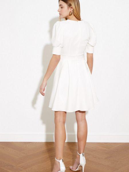 Приталенное белое платье с вырезом Trendyol