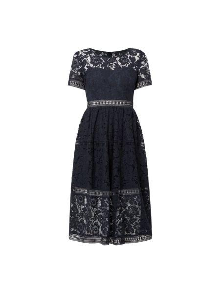 Niebieska sukienka koktajlowa rozkloszowana koronkowa Apart Glamour
