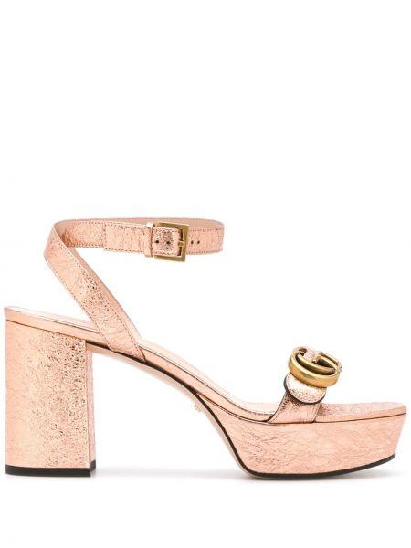 Skórzany skórzany sandały z klamrą na pięcie na platformie Gucci