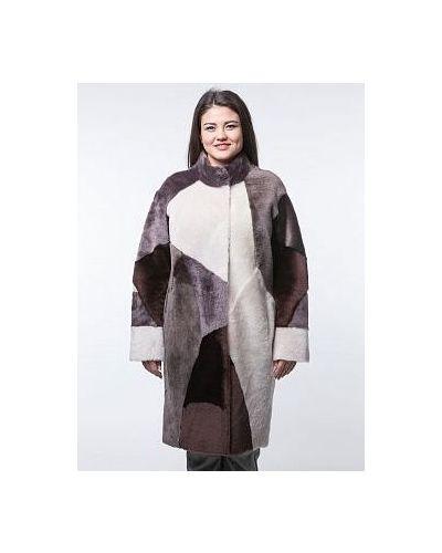 Бежевое пальто с карманами из овчины с воротником каляев