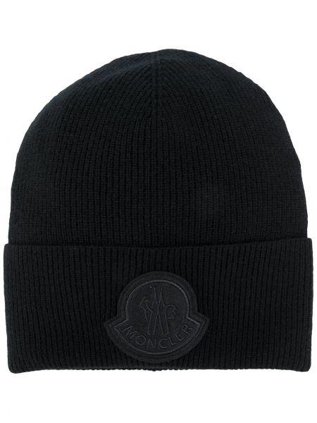Шерстяная черная шапка бини в рубчик с нашивками Moncler