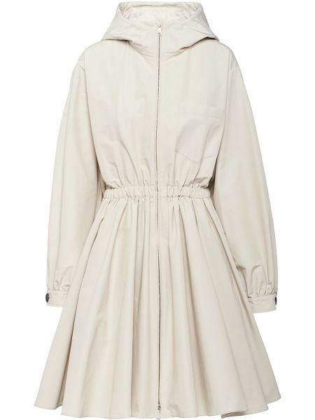 Приталенное расклешенное пальто с капюшоном айвори с карманами Prada
