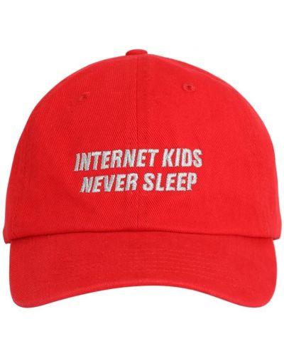 С ремешком красная кепка с вышивкой Ziq & Yoni