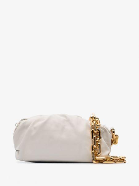 Łańcuch ze złota biały na ramieniu Bottega Veneta