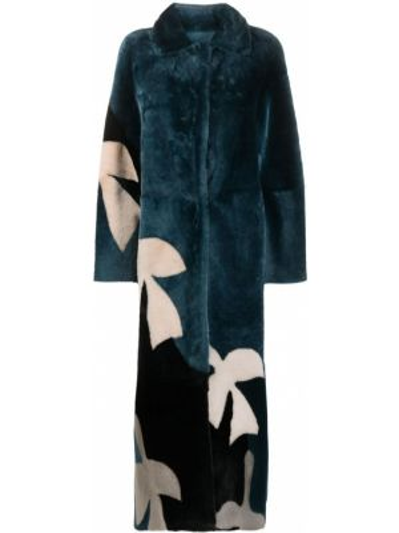 С рукавами коралловое длинное пальто с воротником из овчины Liska