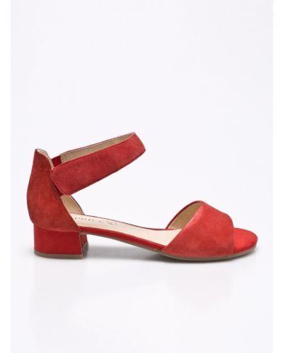 Красные сандалии на каблуке Caprice