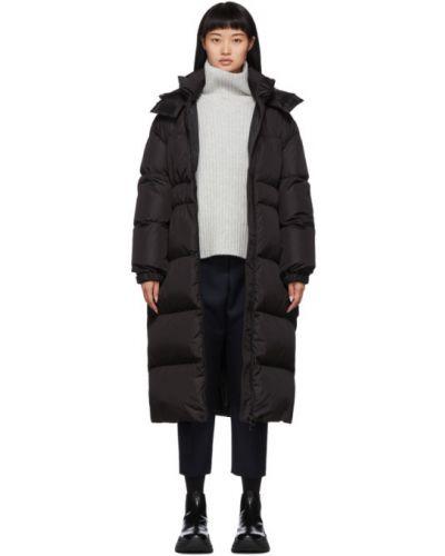 Czarny długo płaszcz z kapturem z kołnierzem z mankietami Moncler
