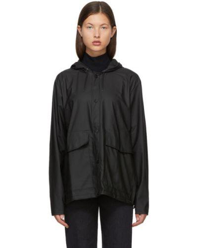 С рукавами черная длинная куртка с капюшоном Rains