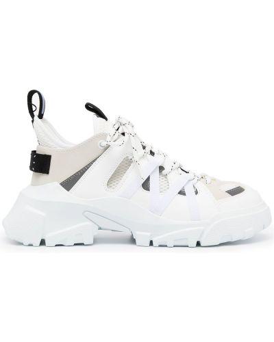 Białe sneakersy na obcasie Mcq